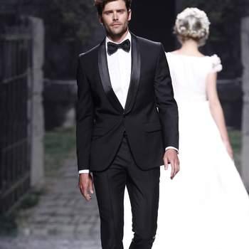 Esmoquin para novio con solapa estrecha haciendo curva y pajarita en lugar de corbata, de VIctorio & Lucchino 2013. Foto: Ugo Camera/ BBW