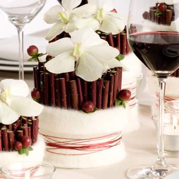 Centre de table composé de fleurs blanches. Source : mariage-accessoire.fr