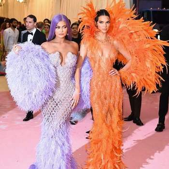 Kylie Jenner e Kendall Jenner vestidas por Versace. Foto via @metgala2019official_ig
