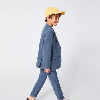 Traje azul en estilo informal con zapatillas y gorra. Credits: Zara