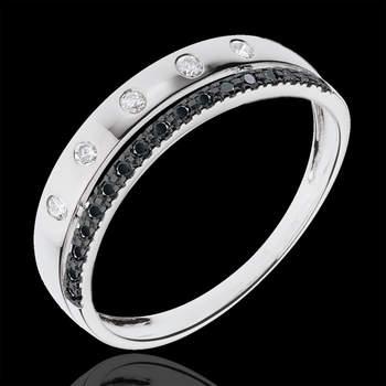 Una alianza en oro blanco incrustada de 22 diamantes negros de 0,177 quilates  y coronada por un anillo de oro blanco de 18 quilates pavimentada de diamantes blancos. Una joya digna de la realeza que podrás lucir en tu boda. Foto: Edenly.  http://tinyurl.com/cljj32r