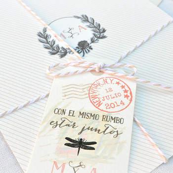 Invitación de boda con cordel y libélula. Credits: Aticomdesign