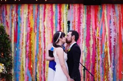 Decoración con serpentinas de colores para una boda entretenida