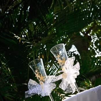 Des rubans, des étoiles : rien de plus féérique ! Des coupes pour trinquer en amoureux ! Photo : Alvaro Delgado