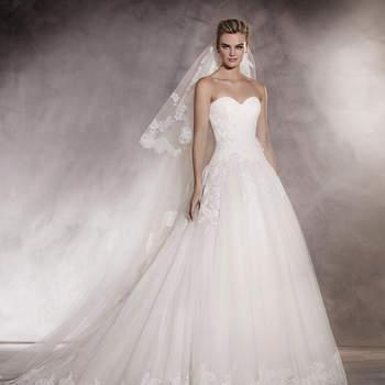 Era uma vez um vestido de princesa. Um desenho que joga com os volumes de tule e o decote em coração realizado em chantilly, fio bordado e pedraria. Um vestido de noiva tão único como quem o usa.
