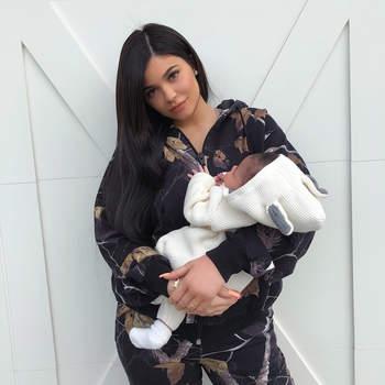 A bebé chama-se Stormi Webster é fruto do seu relacionamento com o rapper Travis Scott. | Foto via Instagram @ kyliejenner