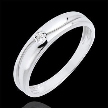 Elegante y sencillo anillo de oro blanco de 9 quilates atravesado por una curva lisa sobre la que se asienta un solitario de diamante de 0,22 quilates. Foto: Edenly.  http://tinyurl.com/cl8geww