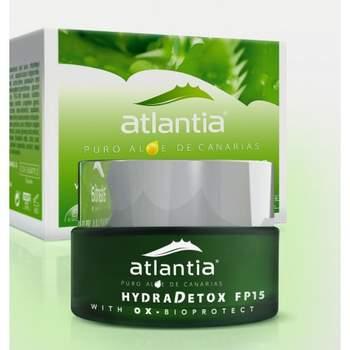 Ayuda a detoxificar la piel de los efectos nocivos de la polución ambiental y protege frente a las radiaciones UVB y UVA e hidrata intensamente.