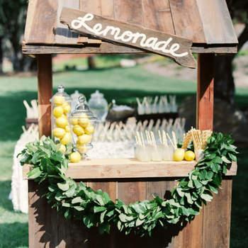 Apuesta por una estación de limonada para personalizar cada rincón de tu boda