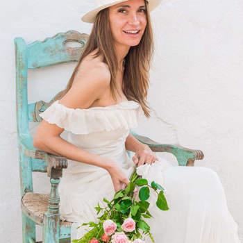 DressYouCan: bohemian e chic. La semplicità di un abito che lascia scoperte le spalle, lungo e con merletti a piega per una sposa dallo stile semplice e al contempo elegante e romantica.