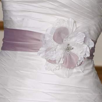 Cintura in raso con fiore bicolor in tessuto