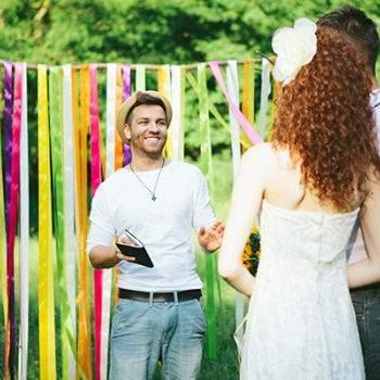 O altar dos noivos decorado com fitas coloridas. Foto: Bell Studio.