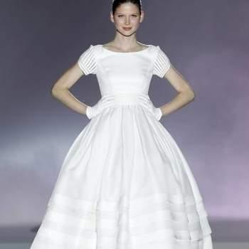 Ricas horizontais e verticais; finas e largas; coloridas ou embebidas no tecido; no vestido inteiro, no corpo apenas, só nas mangas. As riscas estão decididamente in e as noivas não ficam de fora da tendência.
