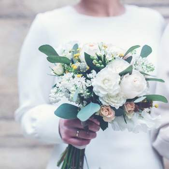 40 bridal bouquets to inspire you for your 2017 wedding. Add a splash of colour to complete your look with the best flowers!