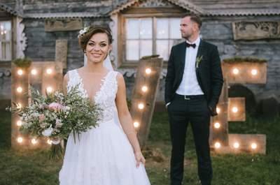 Drewno, neonowe litery i samochód ogórek, czyli ślub w stylu boho Ani i Łukasza. Zapraszamy!