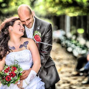 """Fledermäuse im Bauch   Ihr seid besonders und habt auch eine ganz besondere Beziehung mit Euren Liebsten. Das Versprechen von Roland Sulzer lautet daher: """"Wie geben Ihnen das Gefühl, dass Sie zu etwas Größerem gehören, indem wir Hochzeitsbilder aufnehmen, die Sie in Beziehung mit Ihren Liebsten zeigen."""" Bei seiner Fotografie geht es um mehr als das Festhalten der schönen Momente – das ist für den Vollprofi aus Salzburg selbstverständlich. Ganz gleich, ob ihr die Bilder romantisch, witzig oder klassisch wollt, bei Sulzer ist für jeden das Richtige dabei! Sulzer fotografiert vorwiegend in Salzburg und Wien, ist jedoch auch gerne in ganz Österreich und Deutschland für euch unterwegs. Über 30 Jahre Erfahrung in der Hochzeitsfotografie – mit Foto Sulzer habt ihr einen professionellen und kompetenten Partner an eurer Seite.  Für die Hochzeitssaison bietet Foto Sulzer All-Inclusive-Pakete zum TOP-Preis. Überzeugt euch von Sulzers Qualitäten und nutzt die Möglichkeit zu einem unverbindlichen Beratungsgespräch."""