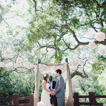Si los árboles dan cobijo, se necesita muy poco para un altar agradable y romántico.