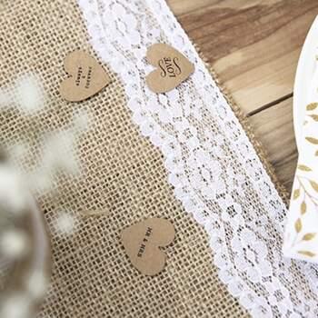 Chemin de table en jute et dentelle blanche - The Wedding Shop !