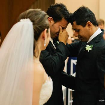 Algunos ejemplos de cómo vestir un boutonnière en una boda. Foto de Renato De Paula.