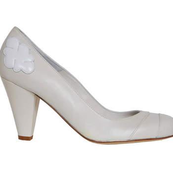 Chaussures de mariée Ellips de couleur blanche, modèle Daisy. Petite fleur au niveau du talon qui donne du caractère à ce modèle