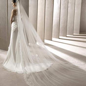 """<a href=""""http://zankyou.9nl.de/kijg"""">Pide tu cita aquí para probarte la nueva Colección 2015 de Pronovias.</a> Otro modelo estilo catedral con bordados en encaje."""