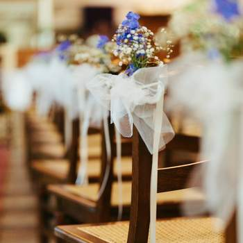 Aquí tienes algunas sugerencias para la decoración de los asientos para tu boda.  Fotos de 2Rings Trouwfotografie.