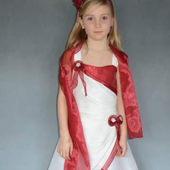 Robe de cérémonie enfant ivoire/bordeaux avec étole Margot. Crédit photo: Maxmode