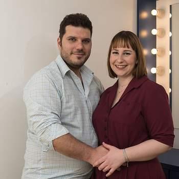 """Atualmente desempregada, Marta Pinto, de 28 anos, e o Chefe de Cozinha Tiago Rodrigues, de 33, vão ter também um casamento católico. Oriundos de Arroios, para eles o seu relacionamento define-se na frase: """"Viajar, comer e amar""""."""