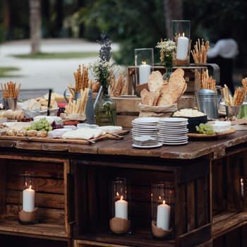 Cajas de madera con velas bajo la mesa de panes y quesos. Credits: Kiwo