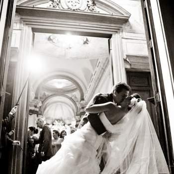 Foi uma grande surpresa esta foto! Na saída da Igreja, o noivo de repente, sem ninguém esperar, deu um super beijo na noiva! Extremamente romântico!