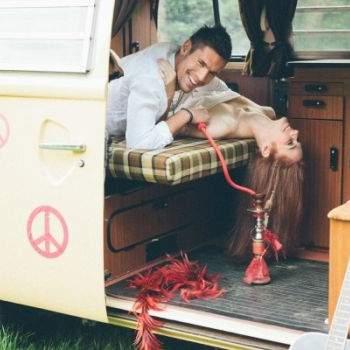 Sesja ślubna w stylu hippie.