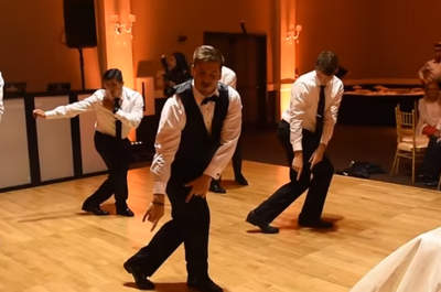 Pan Młody przygotował szaloną choreografię i zatańczył na weselu! Zobacz te ruchy biodrami i wzruszenie zmieszane ze śmiechem!