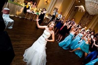 Свадебный букет или кошка? Сайт BridesThrowingCats.com и день смеха!