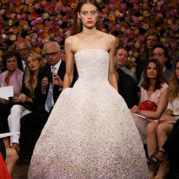 O lançamento da primeira coleção do designer Raf Simons para a Maison Dior, no RITZ Paris, no âmbito da Paris Haute Couture do último mês de Julho, foi um sucesso declarado. A começar pela decoração das várias salas, forradas do chão ao tecto com flores luxuriantes; e a terminar no requinte dos modelos, com várias sugestões inspiradoras tanto para noivas como para convidadas, e um pormenor: a Dior acaba de adquirir o Atelier de Bordados Vermont, exímio na sua arte. Resultado: um deslumbramento!