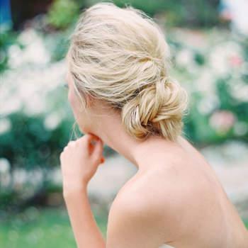 Penteado para noiva com cabelo preso baixo | Credits: Jon Cu Photography