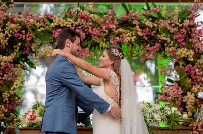 Casamento na beira da praia de Mariana e Bruno: muitas flores e cores num grande dia EMOCIONANTE!