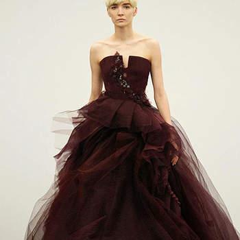 Abito con profondo scollo,dettaglio gioiello sul corpetto e gonna voluminosa in tulle. Vera Wang 2013