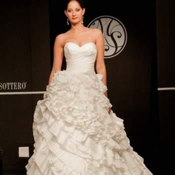 Robe de mariée bustier avec décolleté en coeur et jupe volumineuse.