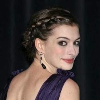 Antes de cortase el pelo, Anne Hathaway solía apostar por los recogidos con trenzas laterales. Foto: Youtube.com
