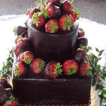Si eres amante del chocolate esta decoración sería la más apropiada para elegir, además las fresas le dan un realce encantador a toda la torta.