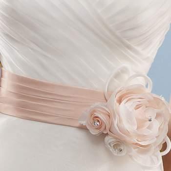 Cintura in raso con fiore in tessuto