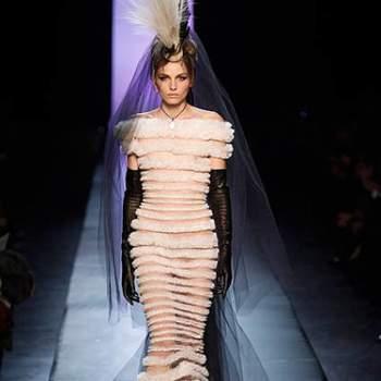Este modelo, que brilhou na cantora Rihanna em uma entrega de prêmios, é sem dúvida uma opção para noivas mais sensuais e atrevidas.