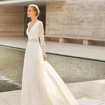 Se vai casar no outono ou inverno, encontrou o seu vestido! O modelo Elda, com mangas compridas rematadas com renda, combina o estilo simples com um toque boho-chique, ideal para um casamento civil. | Rosa Clará Couture 2021