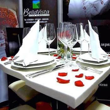 Decoración sobria y moderna emplea solo blanco y matiza con pétalos rojos.