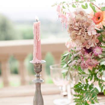 Candelabro com velas rosas. Credits: Sandra Aberg Photography