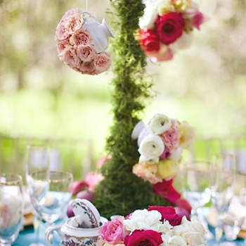 Mesa decorada com flores.