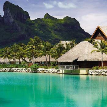 Uma mistura do que há de melhor nas ilhas dos mares do sul: águas cristalinas, praias virgens rodeadas de palmeiras e o toque de conforto e luxo internacional que fazem do isolamento uma experiência esplêndida. Foto:  Four Seasons Resort Bora Bora