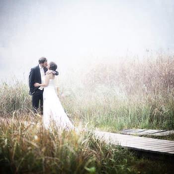 Ein Tag der Romantik und Gefühle. Endlose Stunden hat das Brautpaar organisiert und geplant, viele Ideen entwickelt und wieder verworfen. Eine Hochzeit besteht aber nicht nur aus einer aufwendigen Planung, sondern sie lebt vor allem von viel Spontanität. Emotionale Momente lassen sich nicht planen und sie geschehen oftmals auch sehr unerwartet.  Mit der langjährigen Erfahrung als Hochzeitsfotografen gelingt es uns, diese Emotionen, die oft nur aus einem Augenzwinkern oder einer kurzen liebevollen Geste bestehen, für immer zu verewigen. Wahre Gefühle kann man aber nur zeigen, wenn man sich nicht beobachtet fühlt. Wir sind deshalb immer auf Distanz zu unseren Motiven und warten auf den richtigen Moment.   Unsere Arbeit ist auch unsere Leidenschaft und jede Hochzeit auch für uns ein einmaliger Tag und nicht Routine. Unsere Bilder sind zeitlos, romantisch und vor allem authentisch.  Ein Tag, der nie wieder kommt mit Erinnerungen, die mit der Zeit leider verblassen aber mit unseren Bildern immer wieder erlebt werden können.