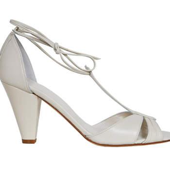 Beaucoup d'allure avec ces chaussures blanches signées Ellips. Ce modèle Desya se ferme avec un lacet autour de la cheville
