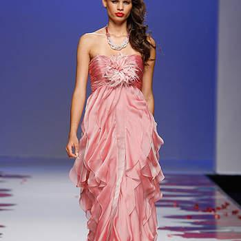 Vestido de fiesta en color rosa con falda efecto pañuelo.  Foto: BBW / Cibeles Madrid Novias